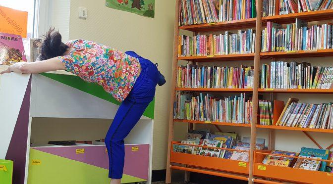 Une danseuse dans la bibliothèque
